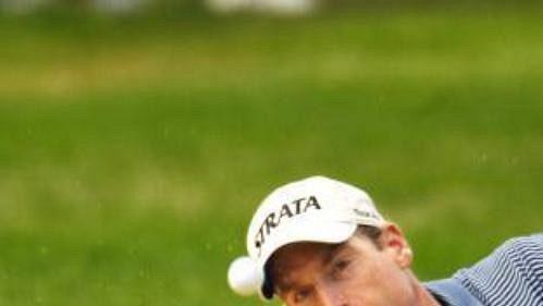 Američan Jim Furyk odpaluje zbunkru vprůběhu 3. kola golfového US Open.