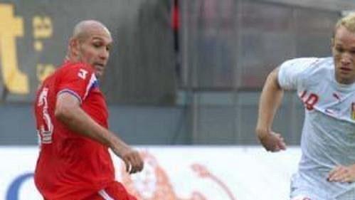 Jan Polák se chystá projít mezi dvojicí hráčů Kostariky.