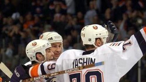 Spoluhráči z týmu New York Islanders gratulují Romanu Hamrlíkovi (druhý zleva) k vítězné brance v utkání s Floridou.