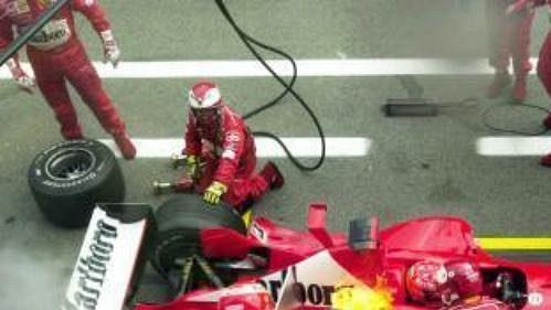 Ferrari Michaela Schumachera zNěmecka hoří vboxech při Velké ceně Rakouska vozů formule 1, která se jela 18. května na okruhu ve Spielbergu. Německý pilot závod nakonec vyhrál.
