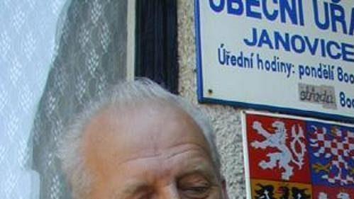 Starosta Janovic Milan Beneš se zatím může pochlubit jen darovanou figurkou Kubiny. Na rodáka a pohár se ale už hodně těší.