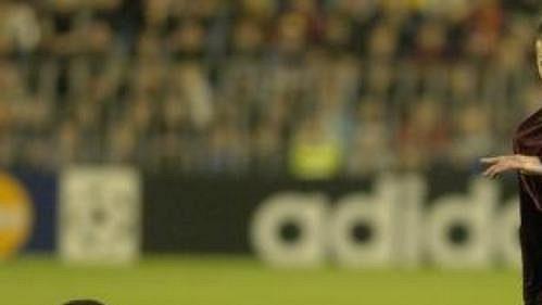 Sparťanský fotbalista Martin Zbončák (vpravo) odehrává míč před Glenem Johnsonem zanglické Chelsea vLize mistrů