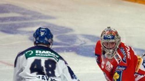 Michal Havel ještě v dresu Kladna před brankou Slavie