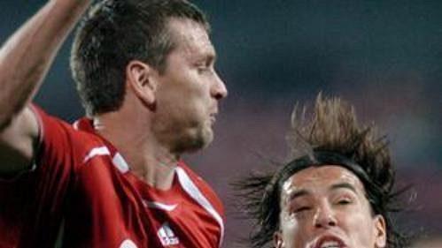 Milan Baroš (vpravo) bojuje o míč s Perem Nielsenem z Dánska.