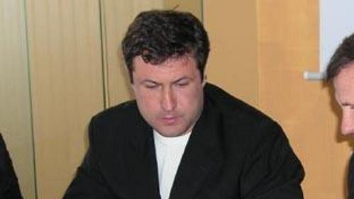 Starosta Vsetína Jiří Čunek (vpravo) při podpisu smlouvy s novým většinovým vlastníkem valašského hokejového klubu. Tím se stala ruská společnost Atlantic, kterou zastupoval Andrej Belmač.