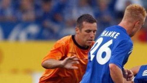 Jozef Valachovič zLiberce vsouboji sEbbem Sandem a Mikem Hankem ze Schalke 04 vsemifinále fotbalového Poháru Intertoto.