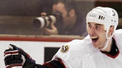 Zdeno Chára zcelku Ottawa Senators se raduje po gólu ve třetí třetině, který vstřelil vutkání proti Philadelphii.