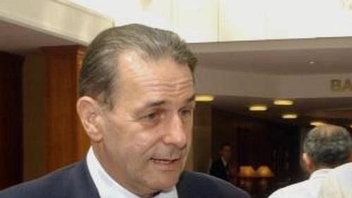 Předseda MOV Jacques Rogge slegendárním tyčkařem Sergejem Bubkou (vpravo).