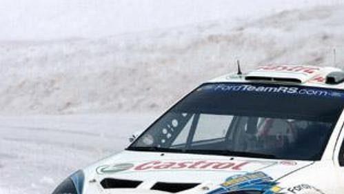 Estonec Markko Märtin sfordem při první etapě Švédské rallye.