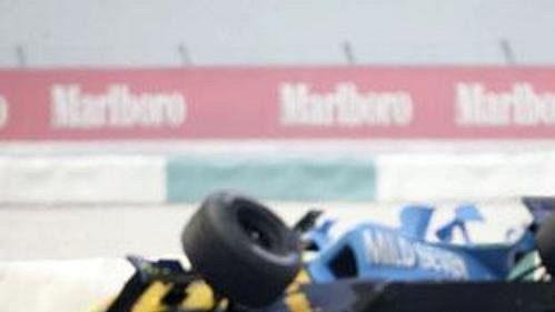 Gincarlo Fisichella ve voze Renault (vlevo) sráží Marka Webbera swilliamsem při Velké ceně Malajsie vSepangu.