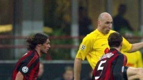Fotbalový obr aneb dortmundský Jan Koller v obležení hráčů AC Milán. Zleva Paolo Maldini, Fernando Redondo a Rui Costa.