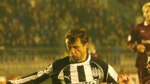 Záložník tureckého Besiktasu Kaan v souboji s Liborem Sionkem ze Sparty v utkání Ligy mistrů