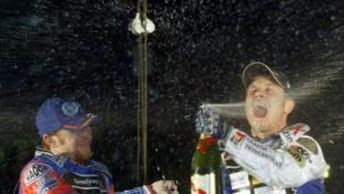 Nicki Pedersen z Dánska (vpravo) se raduje z vítězství.
