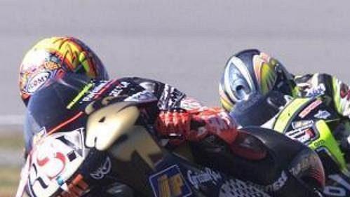 Manuel Poggiali ze San Marina před Italem Frankem Battainim ve třídě do 250 ccm na okruhu vjihoafrickém Welkomu, kde se dnes jel druhý závod mistrovství světa silničních motocyklů. Poggiali vyhrál a upevnil si první místo průběžného pořadí.