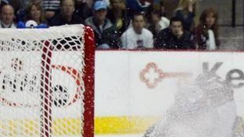 Brankář týmu Colorado Avalanche Patrick Roy odráží ve třetí třetině střelu pravého křídla týmu Minnesota Wild Mariána Gaborika