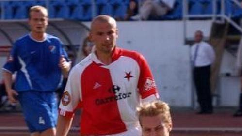 Karel Piták ze Slavie Praha (uprostřed) překonává brankáře Baníku Ostrava Jana Laštůvku.