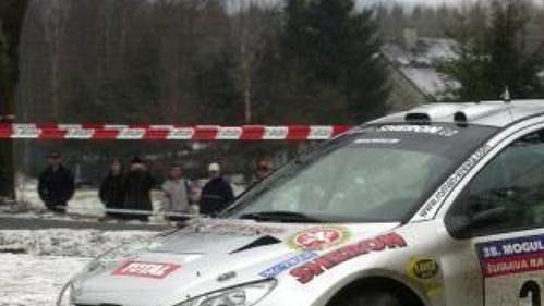 Peugeot 206 WRC, jehož posádku tvoří Roman Kresta a Miloš Hůlka.