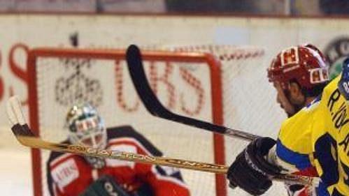 Reto von Arx z HC Davos při kolizi s Chrisem Belangerem z týmu Kanady ve finále Spenglerova poháru.