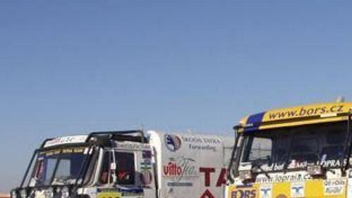 Soutěžní Tatra Karla Lopraise (vpravo) sdoprovodným kamiónem stejné značky.