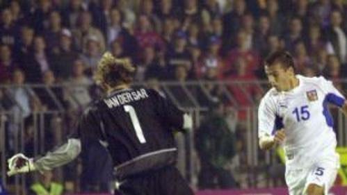 Milan Baroš obchází nizozemského brankáře a za okamžik zpečetí vítězství českých fotbalistů 3:1
