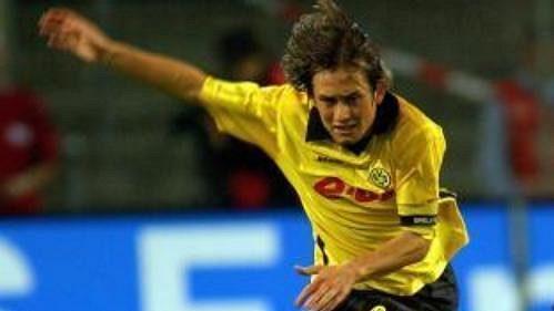 Tomáš Rosický (ve žlutém dresu) 'svůj' Dortmund do Ligy mistrů nedovedl.