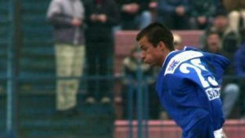 Václav Svěrkoš (v modrém) byl vletošním ročníku postrachem prvoligových obran.