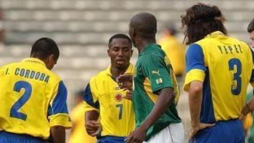 Kamerunský fotbalista Marc-Vivien Foe se při semifinále Poháru FIFA zhroutil na trávník a život mu nevrátila ani okamžitá lékařská pomoc.