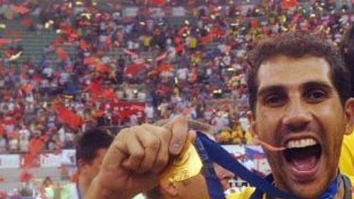 Brazilec Mauricio Lima strofejí pro vítěze finále Světové ligy volejbalistů.