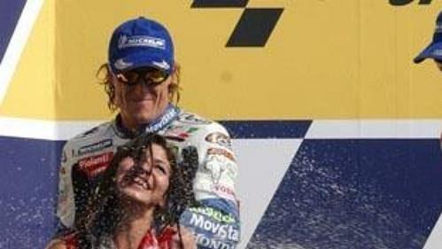 Italský jezdec Valentino Rossi oslavuje vítězství vbrazilské Grand Prix.