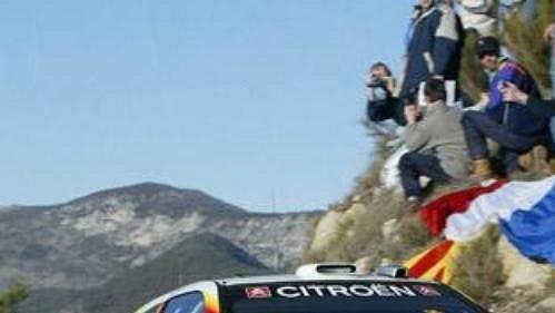 Francouz Sebastien Loeb s vozem Citroën Xsara WRC na trati Rallye Monte Carlo 2005.