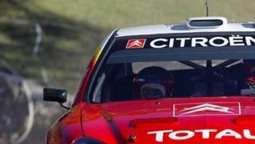 Úřadující šampión Francouz Sebastien Loeb jede vstříc svému dalšímu úspěchu ve druhé etapě Rallye Monte Carlo.