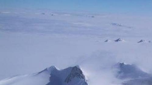 Masiv Mount Vinson v Antarktidě. Nejvyšší hora nejchladnějšího kontinentu ční do výšky 4897 m.
