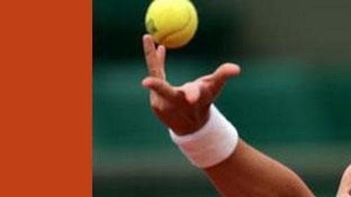 Američanka Lindsay Davenportová podává vutkání proti Belgičance Kim Clijstersové.