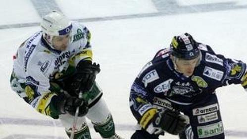 Hokejový obránce Liberce Lukáš Zíb (vpravo)