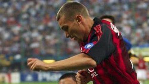 Andrej Ševčenko z AC Milán (vpravo) bojuje o míč s Ramirem Cordobou z Interu Milán ve druhém semifinále fotbalové Ligy mistrů.