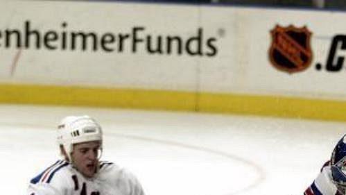 Pittsburgh Jezdce zNew Yorku dokonale uzemnil, jak názorně předvádí obránce Tom Poti (vlevo).