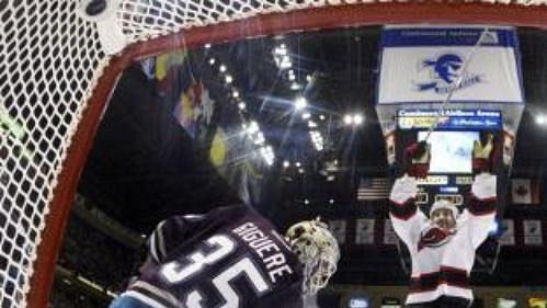 Útočník New Jersey Devils Pascal Rheaume se raduje po překonání brankáře Anaheimu Jeana-Sebastiena Giguera.