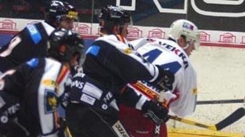 Slávista David Hruška (v bílém) ohrožuje sparťanského gólmana Petra Břízu.