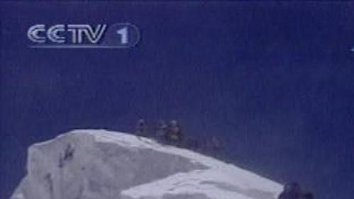 Čínští horolezci zdolali 21. května poprvé Mt. Everest za asistence televizních kamer.