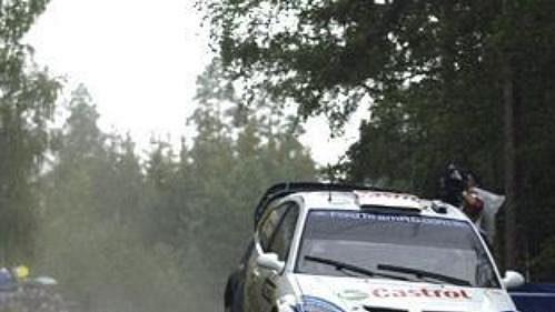 Markko Märtin sfordem na trati druhé etapy Finské rallye.