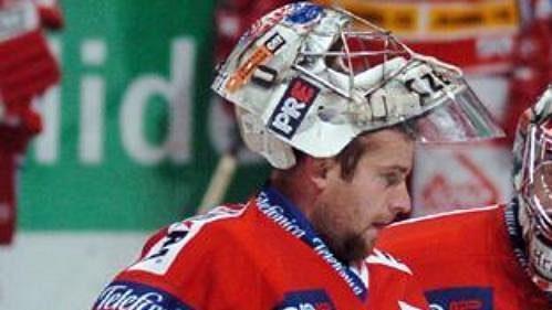 Brankáři hokejové Slavie Adam Svoboda (vlevo) a Lukáš Hronek.