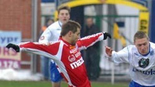 Boleslavský Pecka se snaží projít mezi hráči Olomouce Hudcem (vlevo) a Königem.