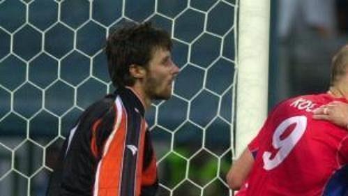 Jan Koller a Pavel Nedvěd (vpravo) se radují zprvního gólu vsíti moldavského gólmana Hmaruce.