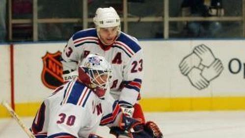 Útočník Ottawy Petr Ščastlivyj střílí branku v závěrečném dějství utkání s New Yorkem Rangers.