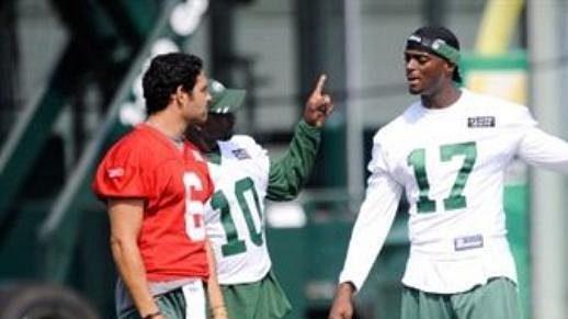 Quarterback Mark Sanchez, Santonio Holmes a nová posila Plaxico Burress na tréninku Jets.