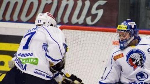 Petr Sýkora vypomáhá brankáři Plzně Marku Mazancovi.