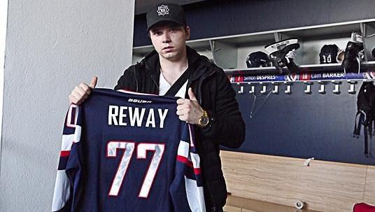 Martin Réway pózuje s dresem Slovanu Bratislava.