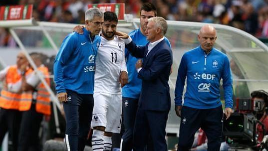 Kulhající francouzský útočník Nabil Fekir odchází za doprovodu lékaře francouzského národního týmu.