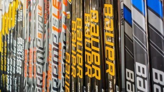 Hokejky společnosti Bauer používá v NHL největší procento hráčů.