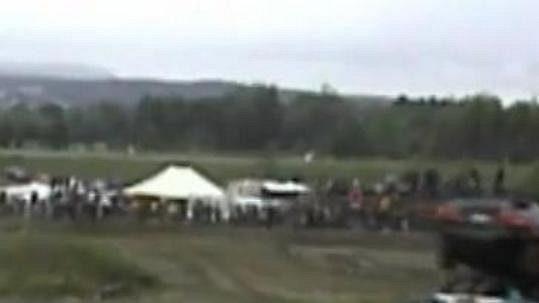 Kuriózní karambol při závodech autovraků v Quebeku.